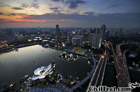 """نمای موزه هنری علمی به شکل دو """"دست"""" از بالای هتل Marina Bay Sands سنگاپور"""