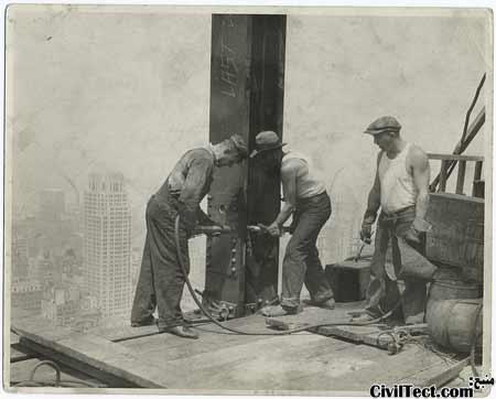 یک اکیپ پرچ کار مشغول کار در ساختمان امپایر استیت