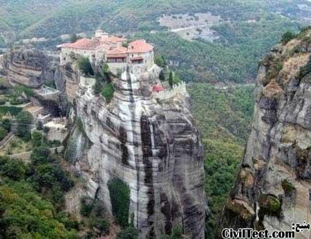 صومعه مقدس بر روی صخره