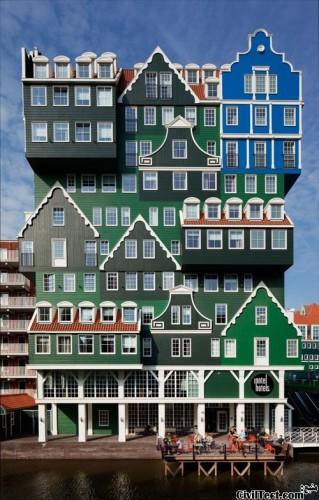 معماری جالب هتل - نمایی ساخته شده از خانه های سنتی روی هم قرار گرفته