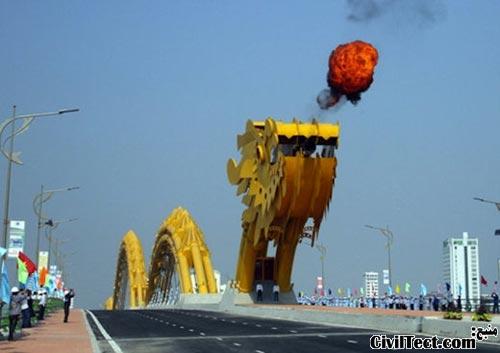 خروج آتش از دهان پل اژدهایی ویتنام