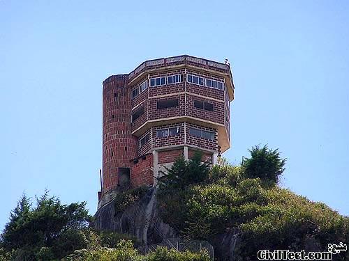 سازه بالای سنگ عظیم شهر Guatapé
