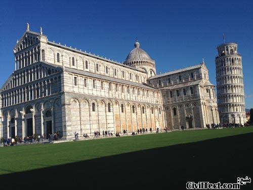 کلیسای جامع در کنار برج پیزا