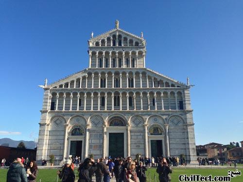 ورودی کلیسای جامع واقع در Piazza del Dumo