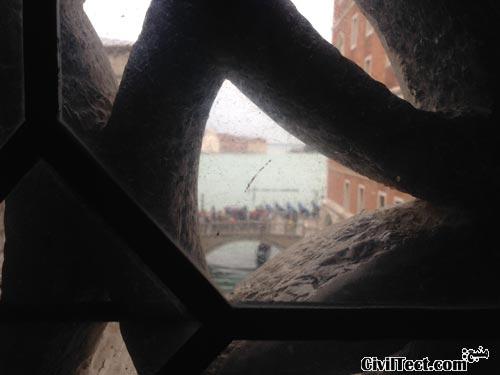 منظره از داخل پل آه به بیرون ( در پس زمینه مردم را میبینید که دارند از بیرون این پل عکس میگیرند)