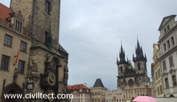 ساعت مشهور پراگ در کنار میدان قدیمی شهر